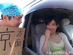 He seduces his date and bangs her in the back of his car